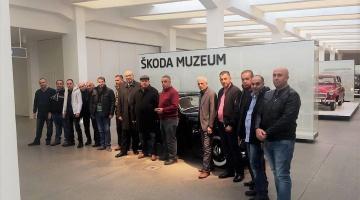 مجموعة من زبائن الشركة المتحدة لتجارة السيارات في زيارة لمصنع سيارات سكودا في جمهورية التشيك.